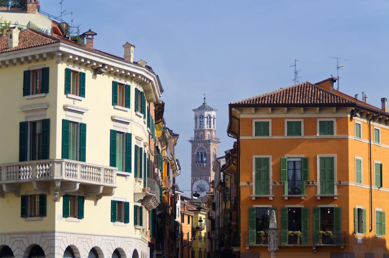 Gassen mit Blick auf das alte Rathaus von Verona