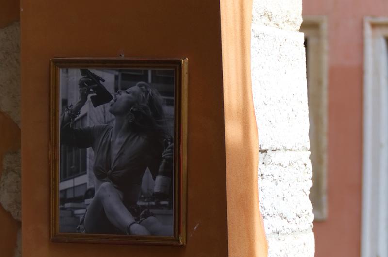 Fotografie an einer Häuserwand