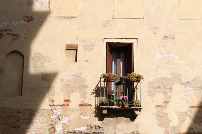 Ein einsamer Balkon mit Blumen