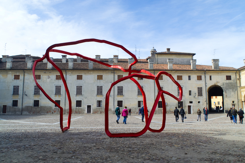 Kunst im Innenhof des Palazzo Ducale