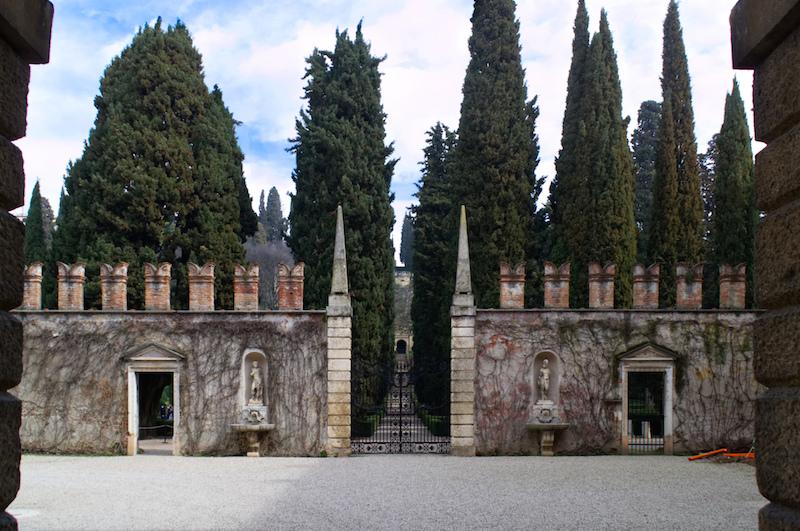 Eingangstor mit Zypressen zum Giardino Giusti