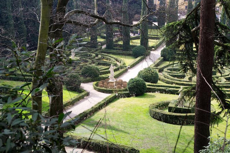 Blick von oben auf die Statuen und Heckenlabyrinthe im Giardini Giusti