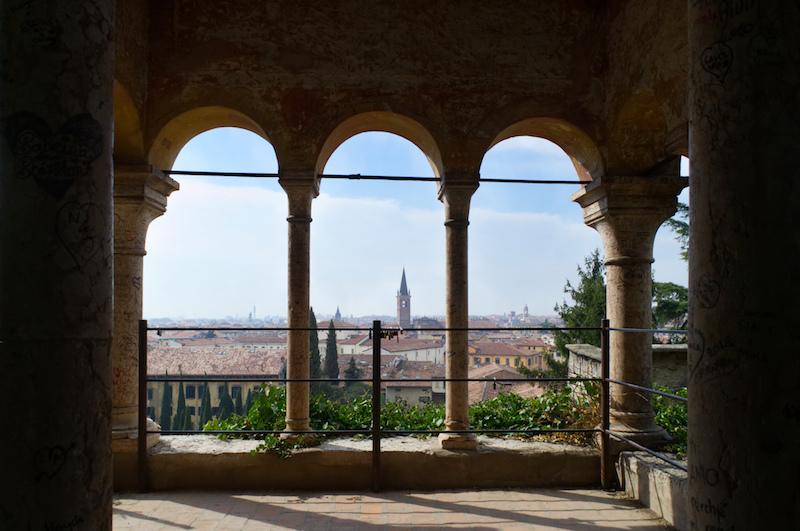 Blick aus einem Pavilion im Giardini Giusti auf die Altstadt
