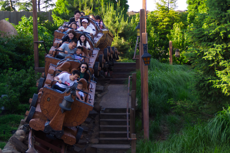 Der Zug der Seven Dwarfs Mine Train Achterbahn