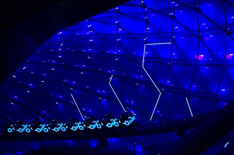 Tron mit gewaltiger Lichtshow bei Nacht