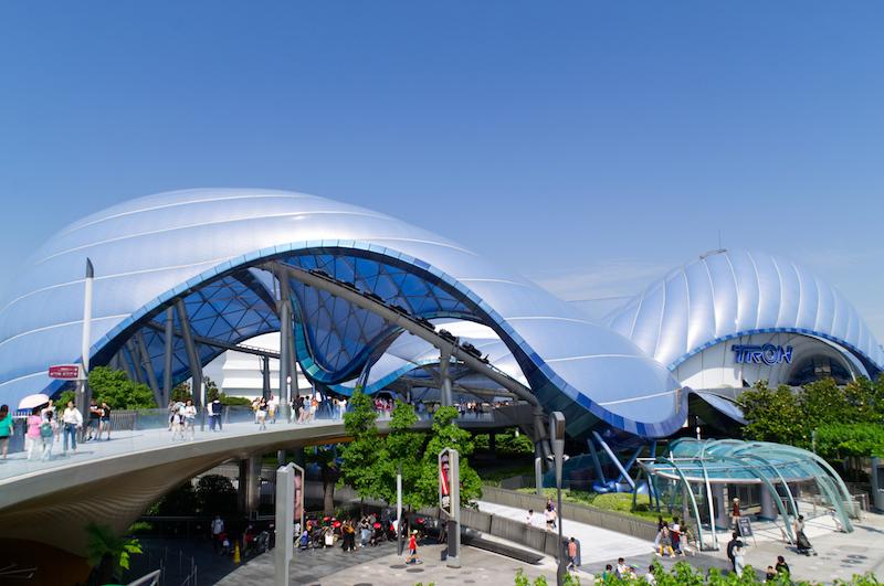 Das geschwungene Dach der Tron Attraktion in Tomorrowland