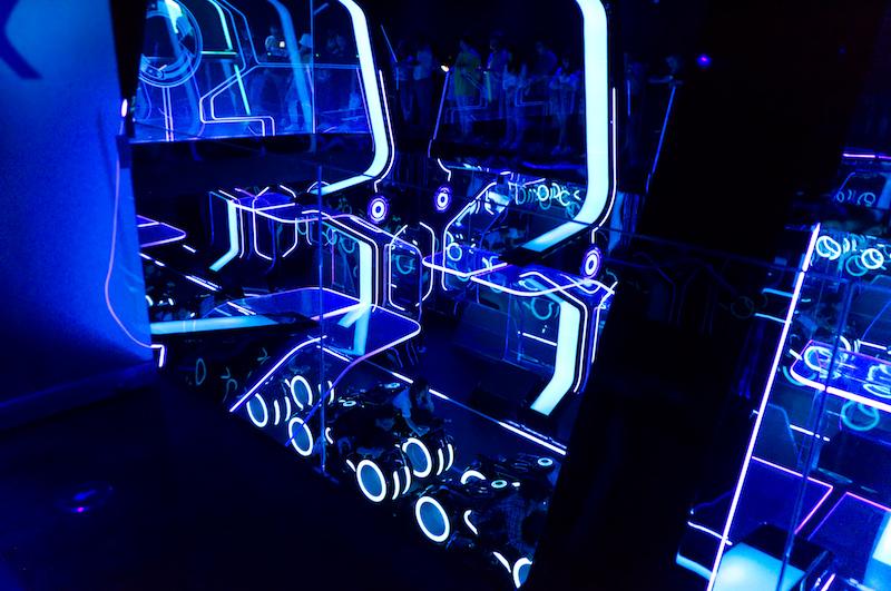 Die Warteschlange zu Tron im Neon-Licht