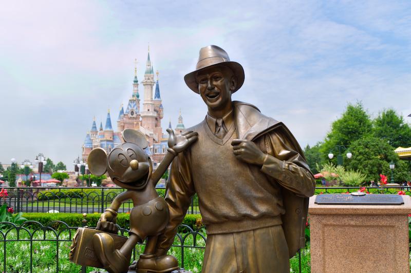 Statue von Walt Disney und Mickey Mouse vor dem Shanghai Disneyland Enchanted Storybook Castle