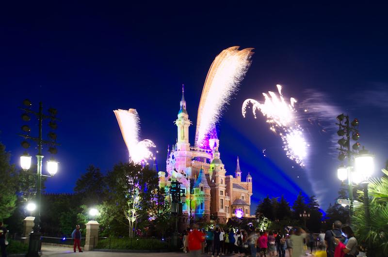 Feuerwerk über Shanghai Disneylands Märchenschloss