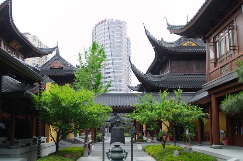 Hochhäuser hinter dem Jade Buddha Tempel