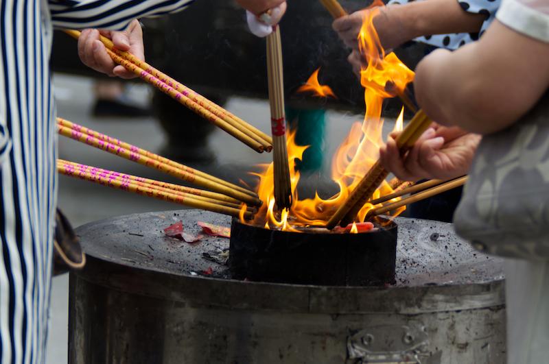 Räucherstäbchen über Feuer