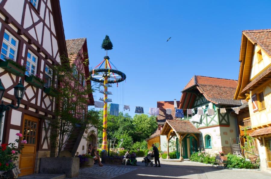 Eine kleine Dorfstraße ist der Eingangsbereich zum Erlebnispark