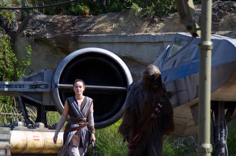 Rey und Chewbacca vor einem X-Wing
