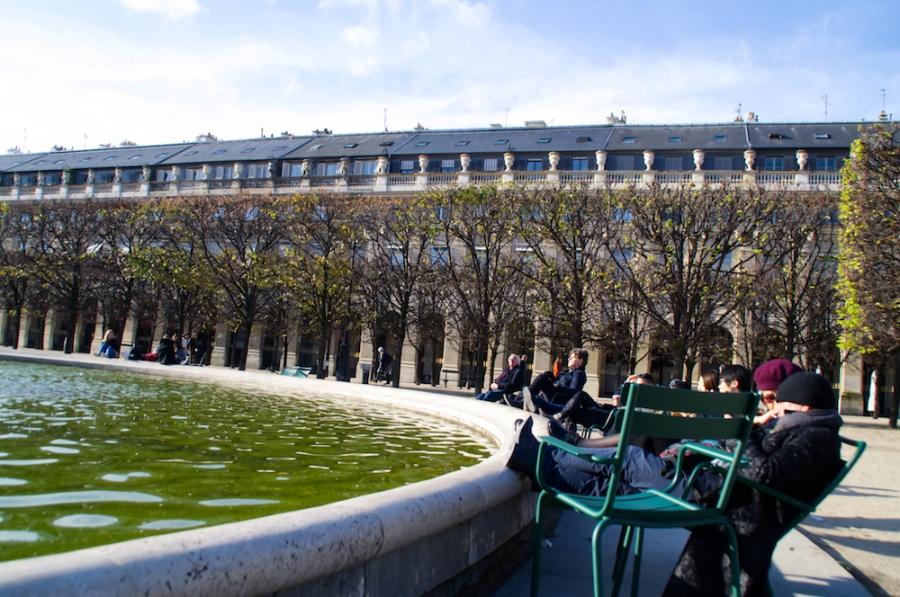 Am Brunnen im Garten des Palais Royal