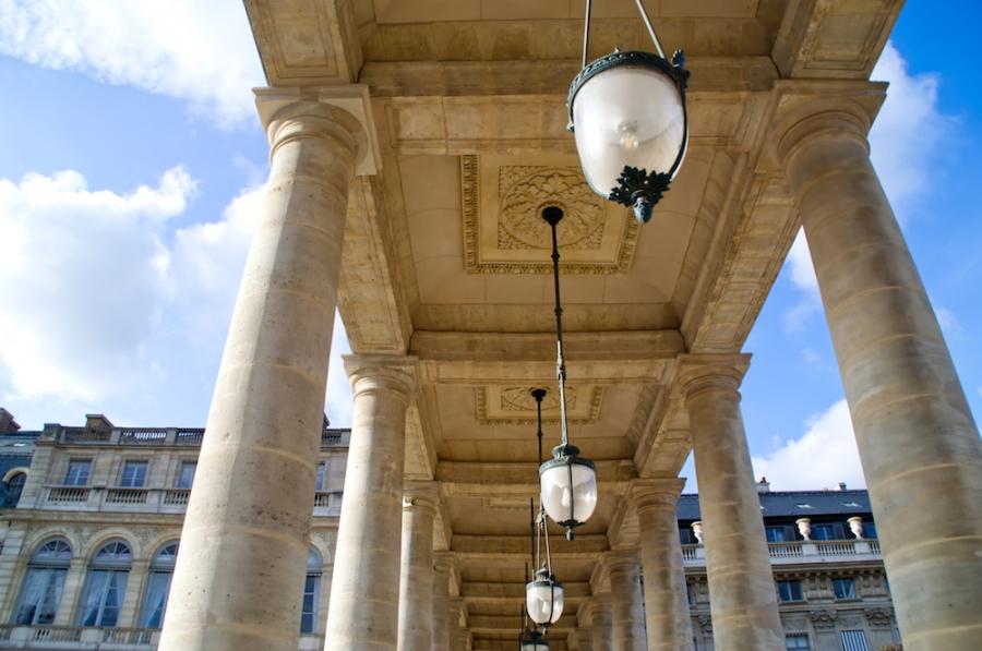 Säulen und Lampen am Palais Royal