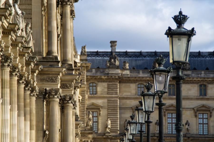 Laternen und Säulen vor dem Louvre