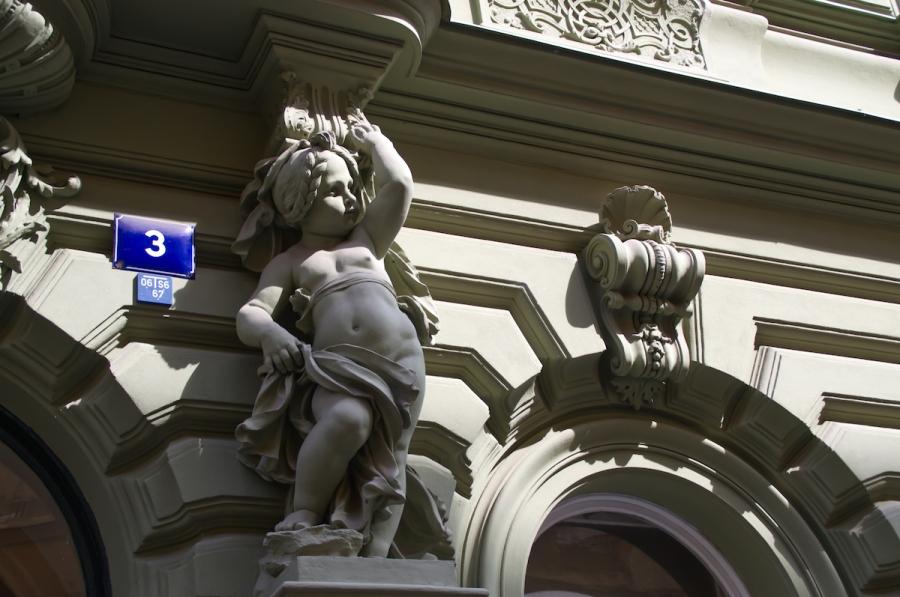 Ein kleiner Engel schmückt diese Jugendstil-Fassade