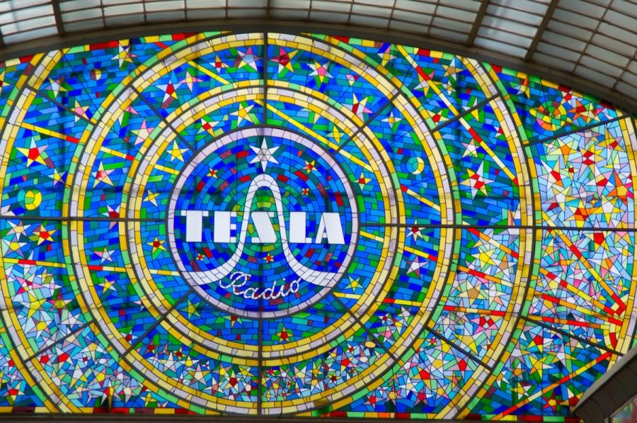 Buntglaswerbung für Tesla Radio