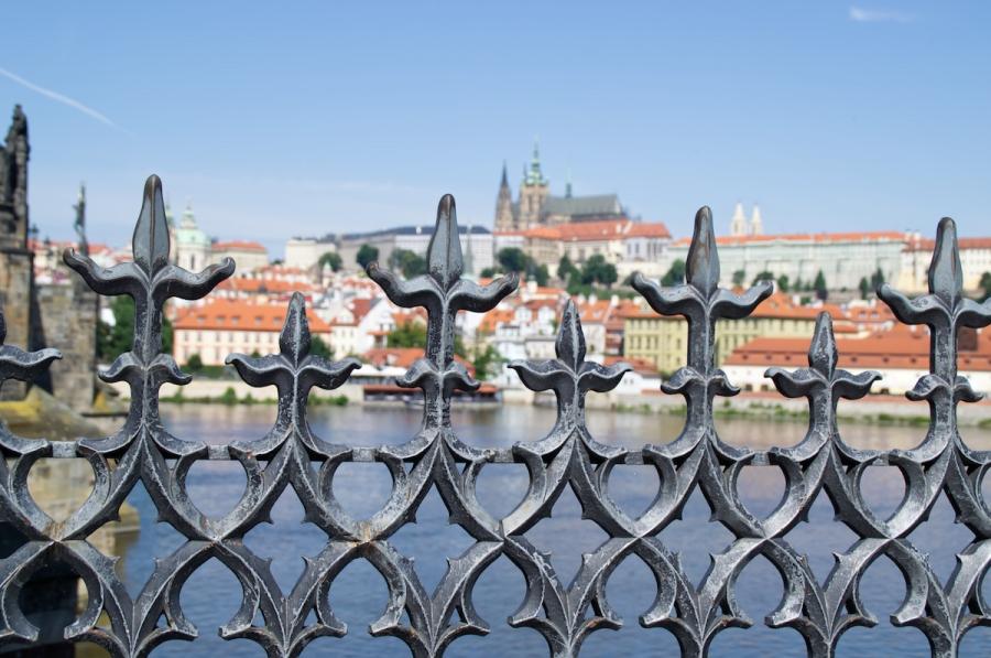 Blick über die Moldau auf die Prager Burg mit Veitsdom