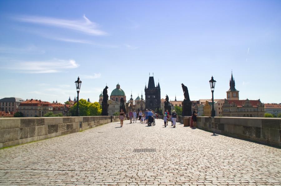 Die Karlsbrücke mit wenigen Menschen