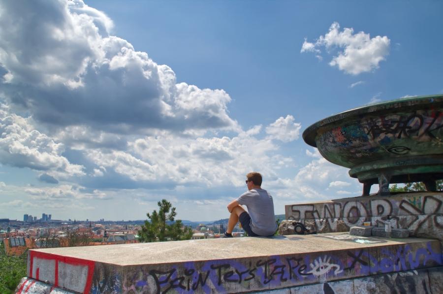 Ein junger Mann blickt über Prag