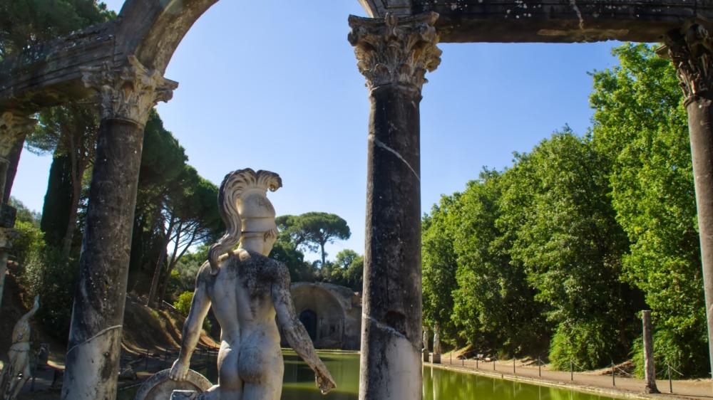 Eine nackte Statue