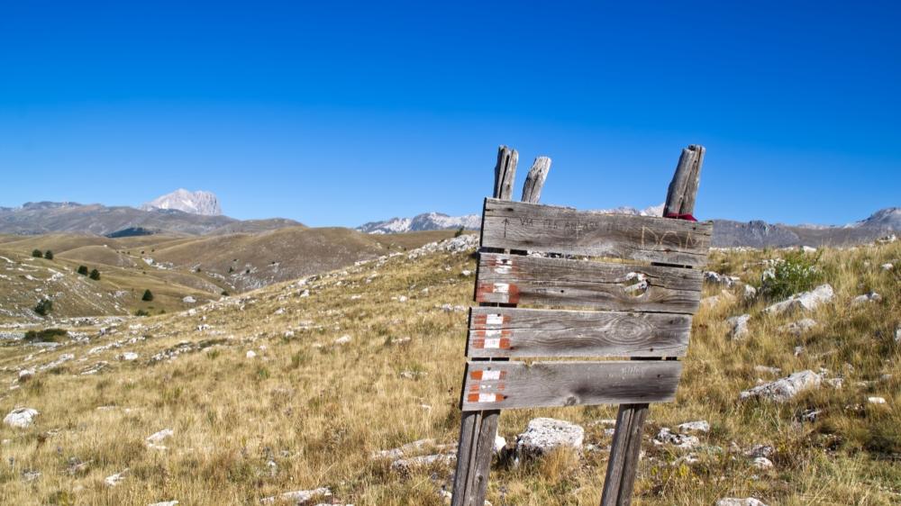 Wandern in den Abruzzen mit Bergen und verwittertem