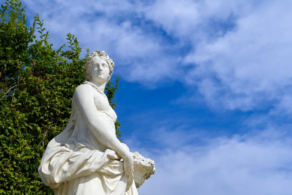 Eine weiße Statue